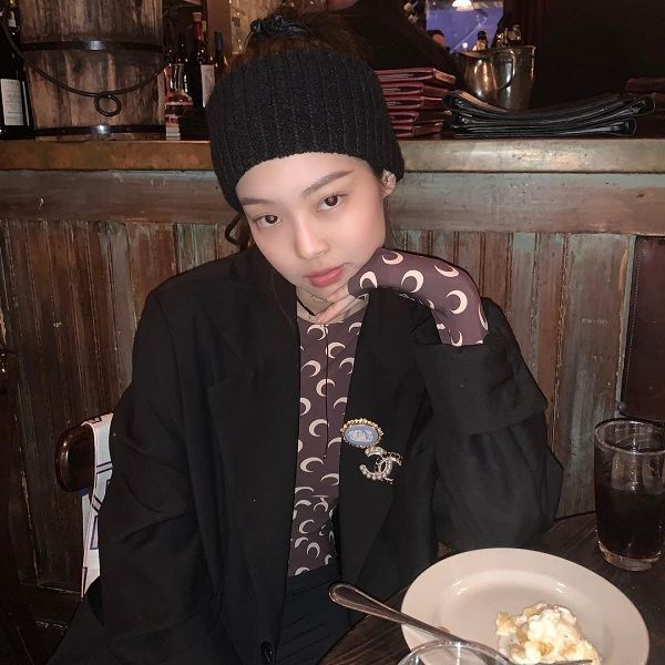 Thành viên nhóm Black Pink đã sử dụng chiếc áo hot hit này thành áo giữ nhiệt khi mix cùng với áo blazer đen bên ngoài