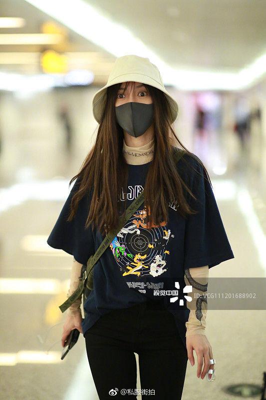 AngelaBaby lúc xuất hiện tại sân bay diện áo dài tay mix cùng tshirt, cùng với đó là quần skinny jeans, giày sneakers và chiếc mũ xô chất lừ