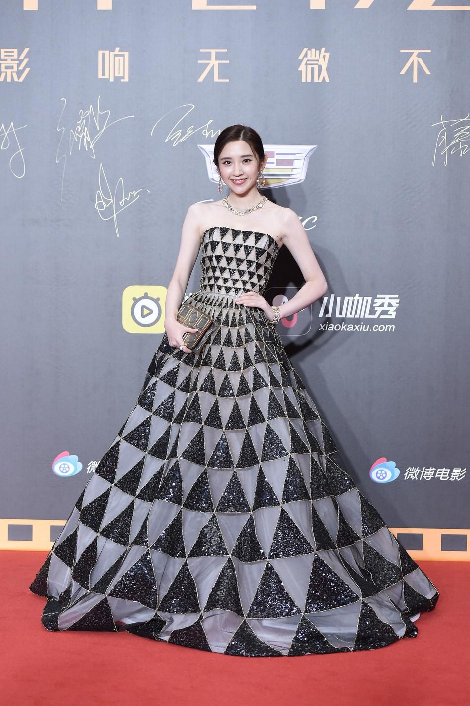 Thảm đỏ Weibo: Kim Kardarshian Trung Quốc o ép vòng 1 bức thở bên Thư Kỳ, Dương Siêu Việt khoe nhan sắc không tì vết - Ảnh 15.