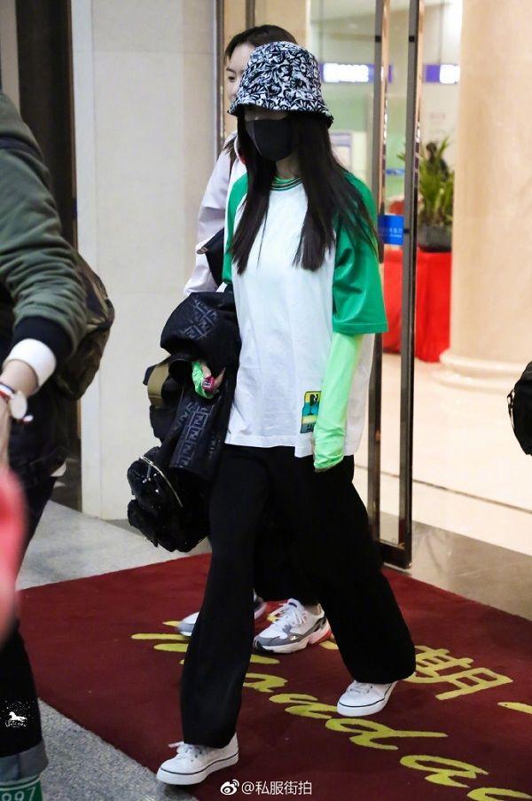 Dương Mịch thường áp dụng style này kể cả khi đi sân bay để giữ ấm cơ thể