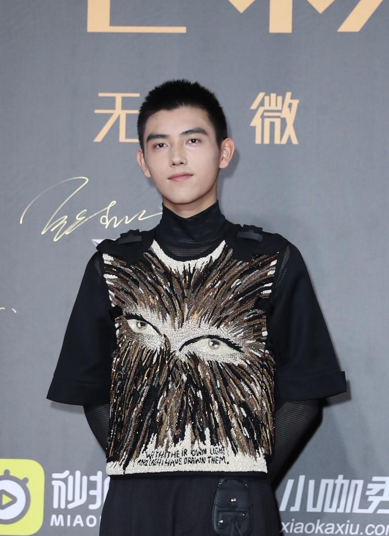 Thảm đỏ Weibo: Kim Kardarshian Trung Quốc o ép vòng 1 bức thở bên Thư Kỳ, Dương Siêu Việt khoe nhan sắc không tì vết - Ảnh 14.