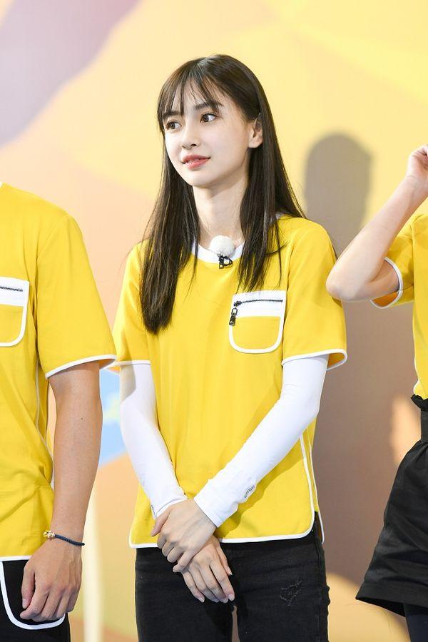 Là một trong những thành viên chính thức của chương trình Running Man phiên bản Trung, vì công việc bắt buộc phải làm việc ngoài trời nên cô cũng bắt chước đàn chị Dương Mịch chọn cho mình style áo so le thế này