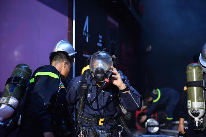 Cháy khách sạn trên phố cổ Hà Nội lúc sáng sớm, nhiều người chỉ kịp choàng khăn tắm hốt hoảng tháo chạy - Ảnh 3.