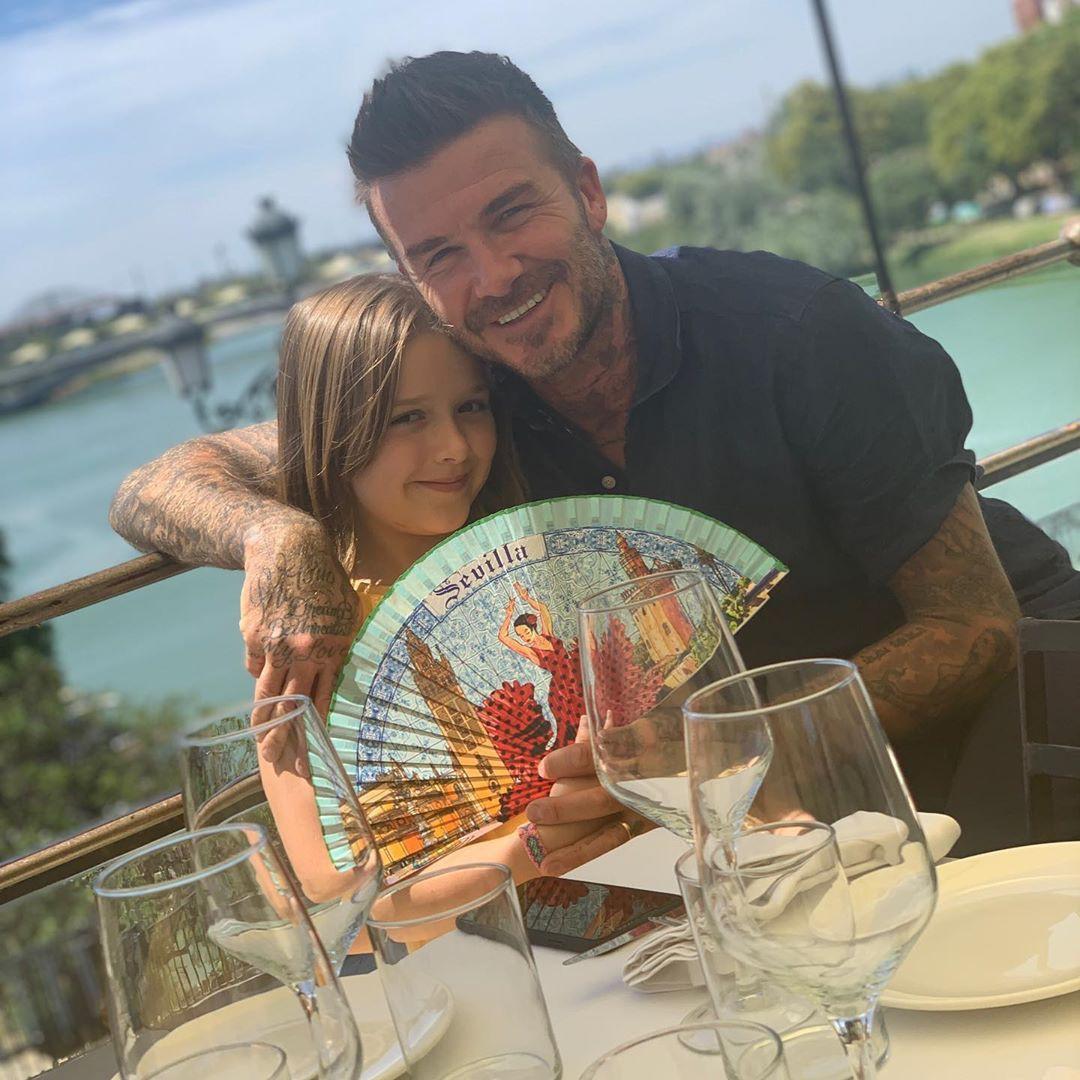 """Hậu quả của việc """"bơ đẹp"""" lời bố để tiếp tục hẹn hò Hana Cross, Brooklyn bị từ mẹ giờ lại đến David Beckham bỏ rơi phũ phàng - Ảnh 3."""