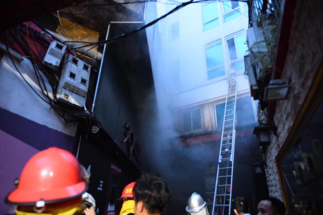 Cháy khách sạn trên phố cổ Hà Nội lúc sáng sớm, nhiều người chỉ kịp choàng khăn tắm hốt hoảng tháo chạy - Ảnh 1.