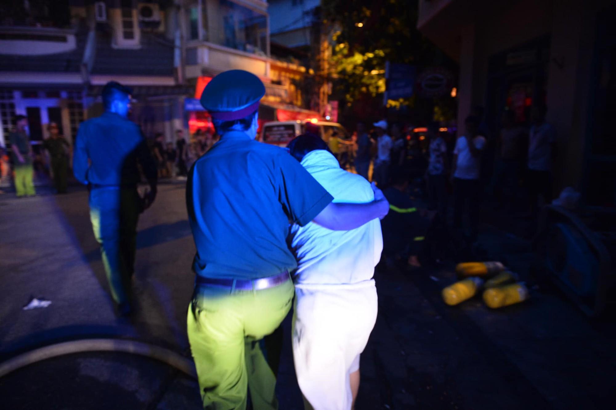 Cháy khách sạn trên phố cổ Hà Nội lúc sáng sớm, nhiều người chỉ kịp choàng khăn tắm hốt hoảng tháo chạy - Ảnh 4.