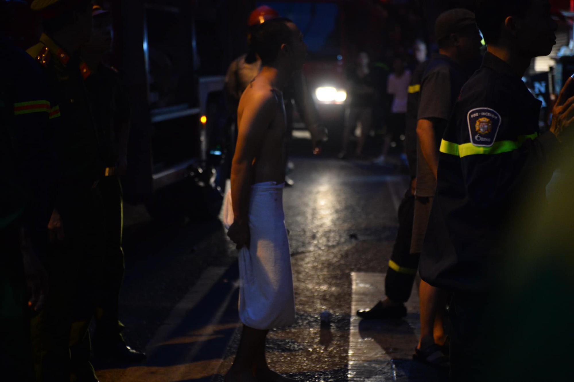 Cháy khách sạn trên phố cổ Hà Nội lúc sáng sớm, nhiều người chỉ kịp choàng khăn tắm hốt hoảng tháo chạy - Ảnh 5.