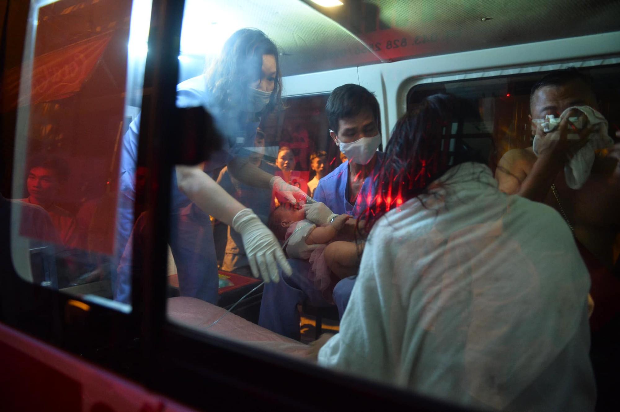 Cháy khách sạn trên phố cổ Hà Nội lúc sáng sớm, nhiều người chỉ kịp choàng khăn tắm hốt hoảng tháo chạy - Ảnh 8.