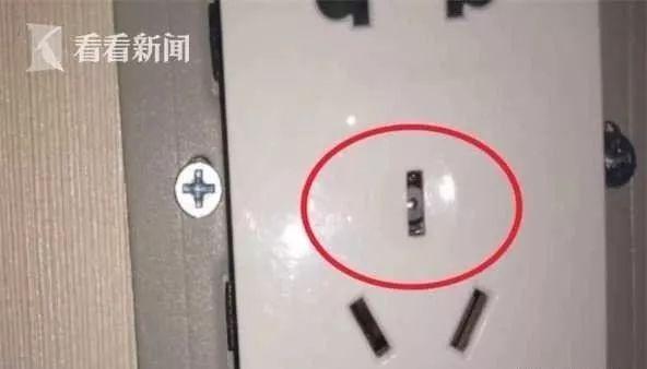 Thuê phòng khách sạn, cặp đôi phát hiện camera ẩn trong ổ điện 5 chấu nhưng lời giải thích của nhân viên lại gây rùng mình hơn cả - Ảnh 3.