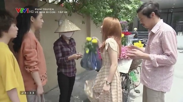 Thư phản ứng mạnh mẽ khi cô bán hoa tìm đến tận nhà mình gặp bố.