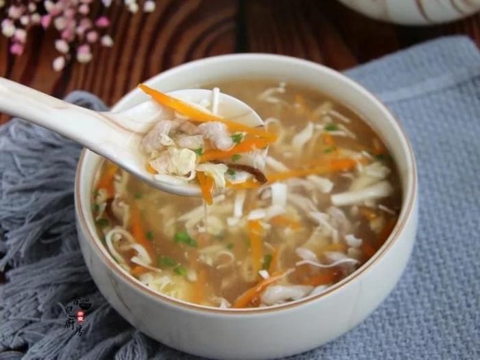 Trời nóng nực ăn bát súp chua nóng mới đã, mát cả người