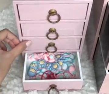 Mê màu hồng như con gái nhà Hà Tăng: Quần áo, tủ đồ, kẹp tóc cái gì cũng thấy toàn là màu hồng! - Ảnh 4.