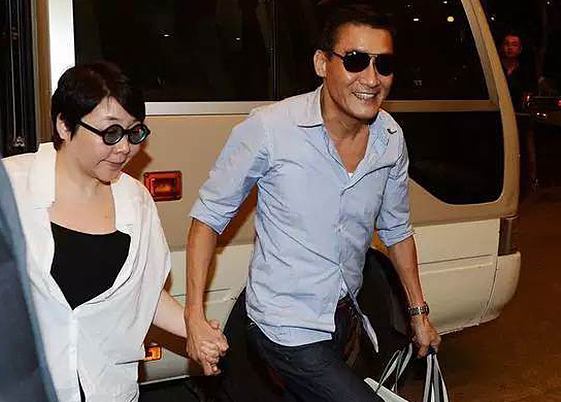 Lương Gia Huy - tài tử trong lòng bao người hâm mộ - hơn 30 năm luôn nắm tay vợ. Ảnh: Abulouwang. 