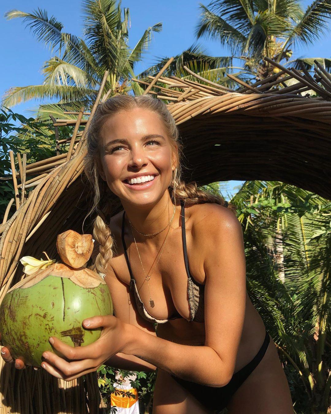 Cựu Hoa hậu Hoàn vũ Úc bị từ chối lên máy bay ở Bali chỉ vì… 1 vết nước ở góc phải hộ chiếu? - Ảnh 4.