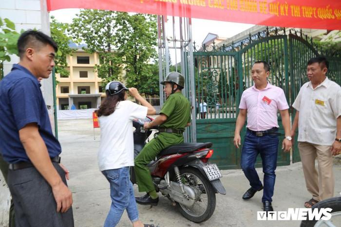 Cảnh sát Hà Giang dùng xe chuyên dụng hú còi 'hộ tống' thí sinh ngủ muộn đến điểm thi