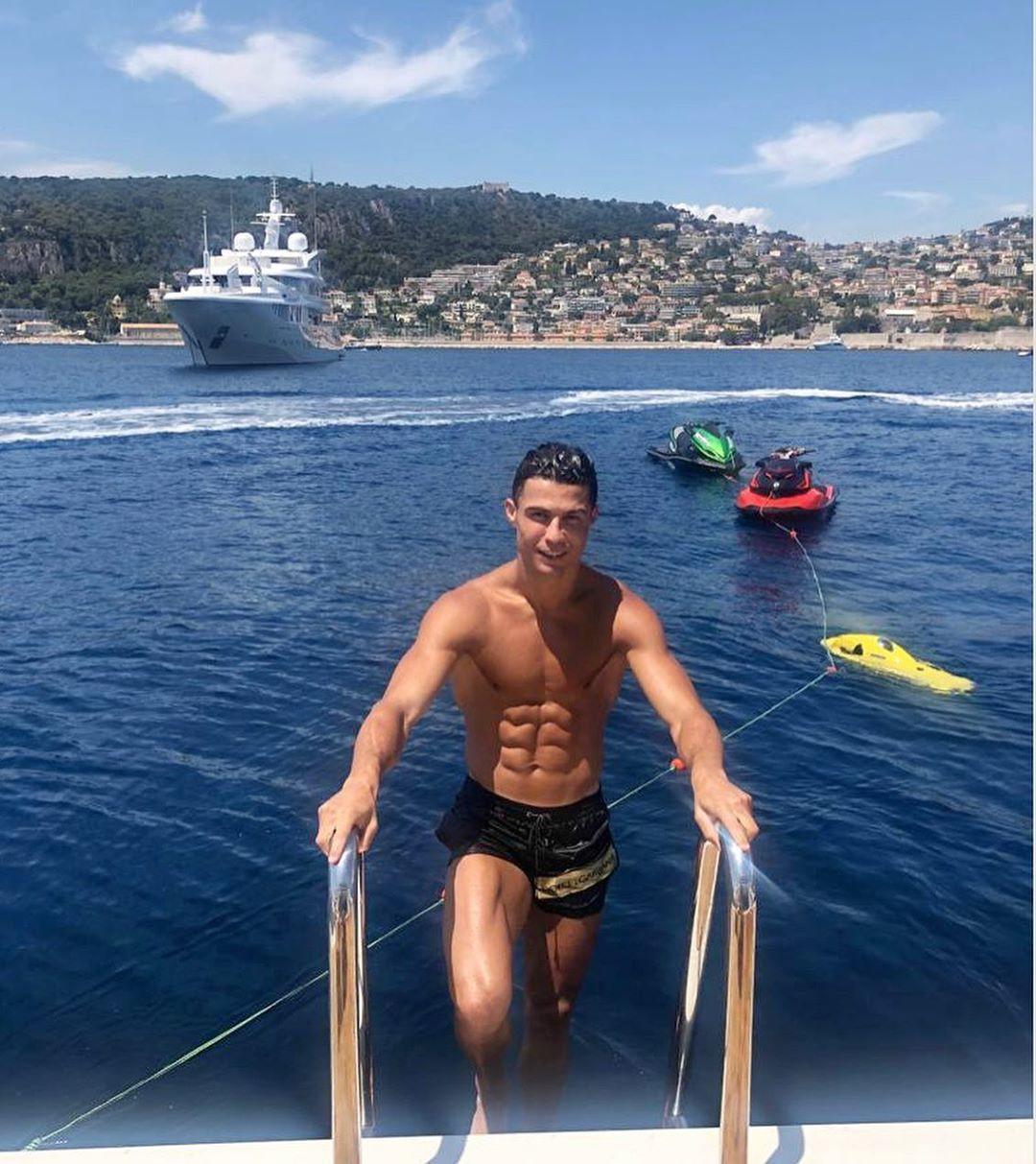 Ronaldo chơi lớn boa gần 700 triệu đồng cho nhân viên phục vụ trong chuyến du lịch Hy Lạp cùng bạn gái siêu nóng bỏng - Ảnh 4.