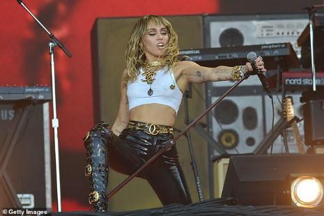Miley Cyrus tái xuất đầy nổi loạn hậu tin đồn ly hôn, hành động thân mật với trai lạ gây chú ý - Ảnh 3.