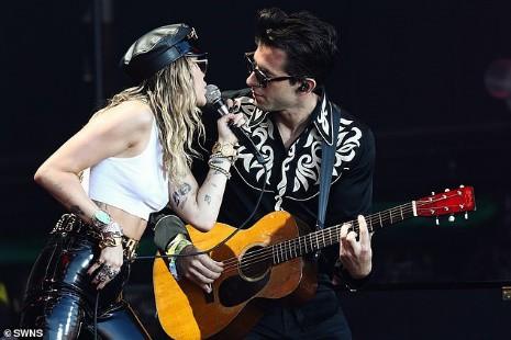Miley Cyrus tái xuất đầy nổi loạn hậu tin đồn ly hôn, hành động thân mật với trai lạ gây chú ý - Ảnh 1.