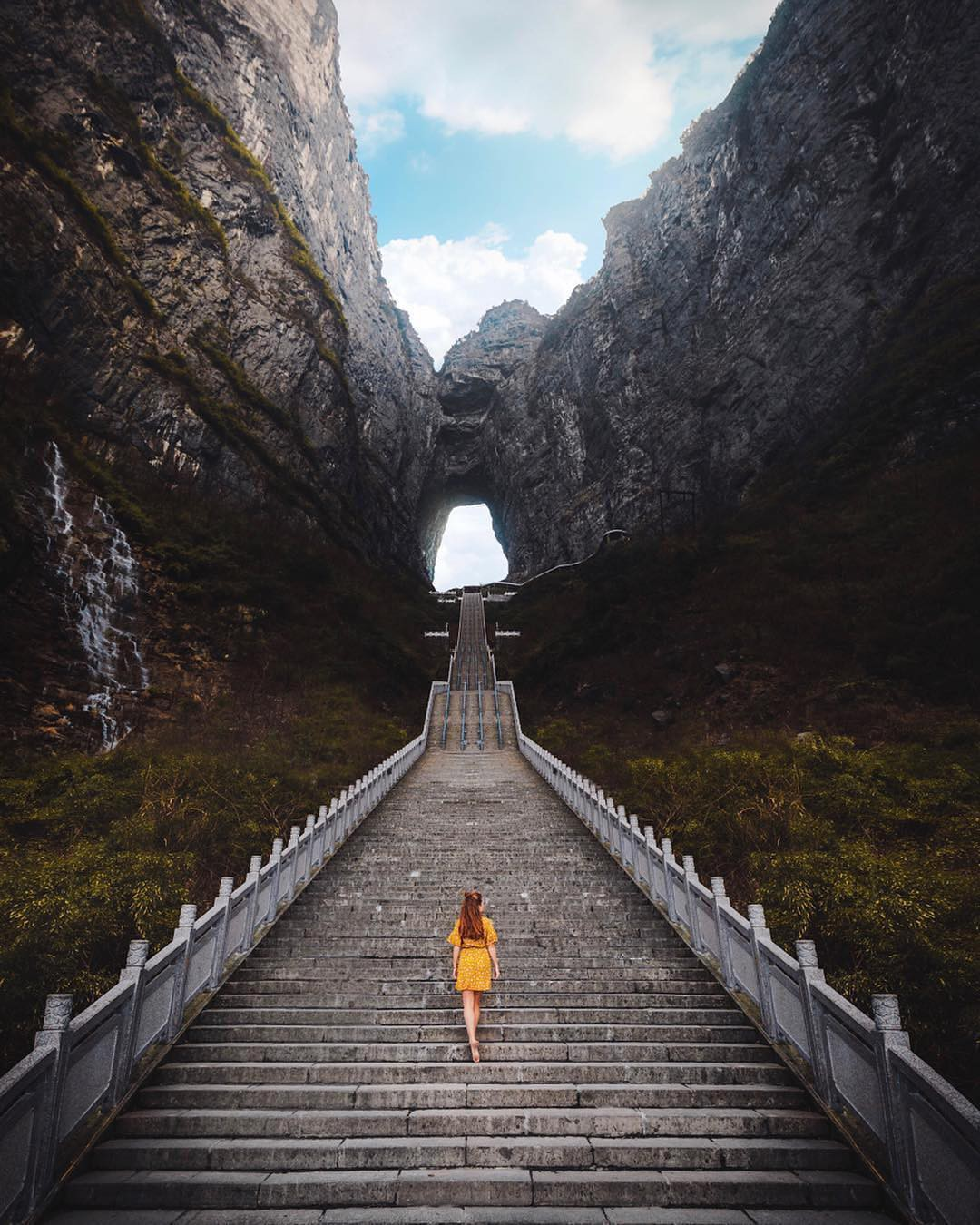 Thiên Môn Sơn - Đường lên cổng trời ở Trung Quốc khiến hội yếu tim phải khóc thét với 99 khúc cua dựng đứng - Ảnh 1.