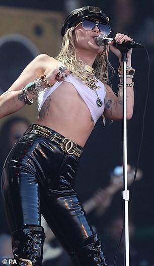 Miley Cyrus tái xuất đầy nổi loạn hậu tin đồn ly hôn, hành động thân mật với trai lạ gây chú ý - Ảnh 6.
