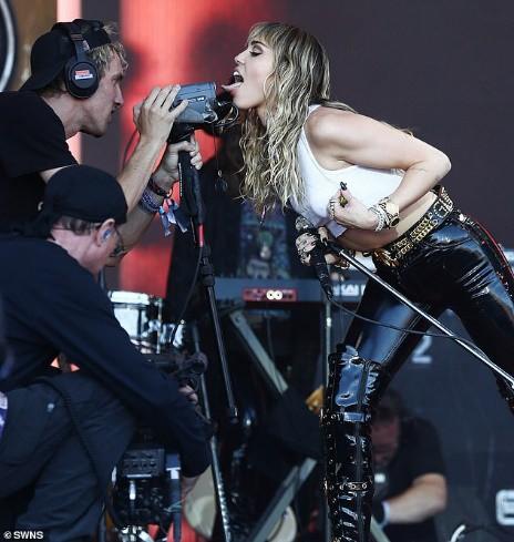 Miley Cyrus tái xuất đầy nổi loạn hậu tin đồn ly hôn, hành động thân mật với trai lạ gây chú ý - Ảnh 7.