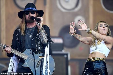 Miley Cyrus tái xuất đầy nổi loạn hậu tin đồn ly hôn, hành động thân mật với trai lạ gây chú ý - Ảnh 8.