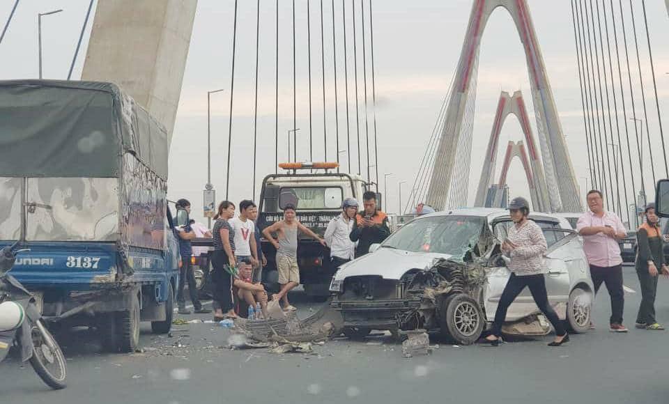 Hà Nội: Cầu Nhật Tân ùn tắc nghiêm trọng do xe ô tô con đâm vào đuôi xe tải - Ảnh 1.