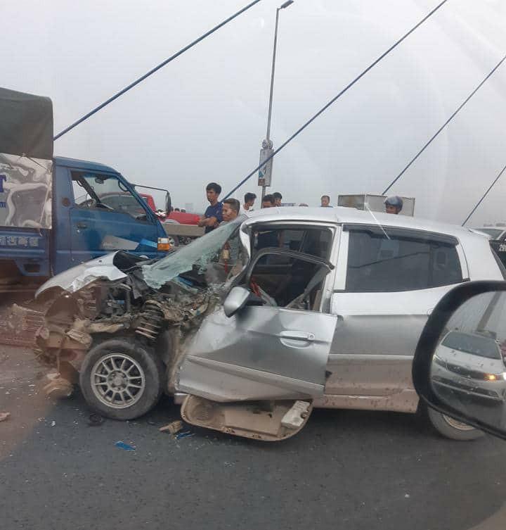 Hà Nội: Cầu Nhật Tân ùn tắc nghiêm trọng do xe ô tô con đâm vào đuôi xe tải - Ảnh 2.