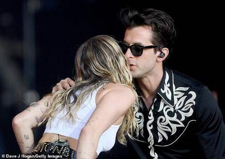 Miley Cyrus tái xuất đầy nổi loạn hậu tin đồn ly hôn, hành động thân mật với trai lạ gây chú ý - Ảnh 2.