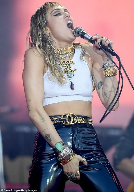 Miley Cyrus tái xuất đầy nổi loạn hậu tin đồn ly hôn, hành động thân mật với trai lạ gây chú ý - Ảnh 5.
