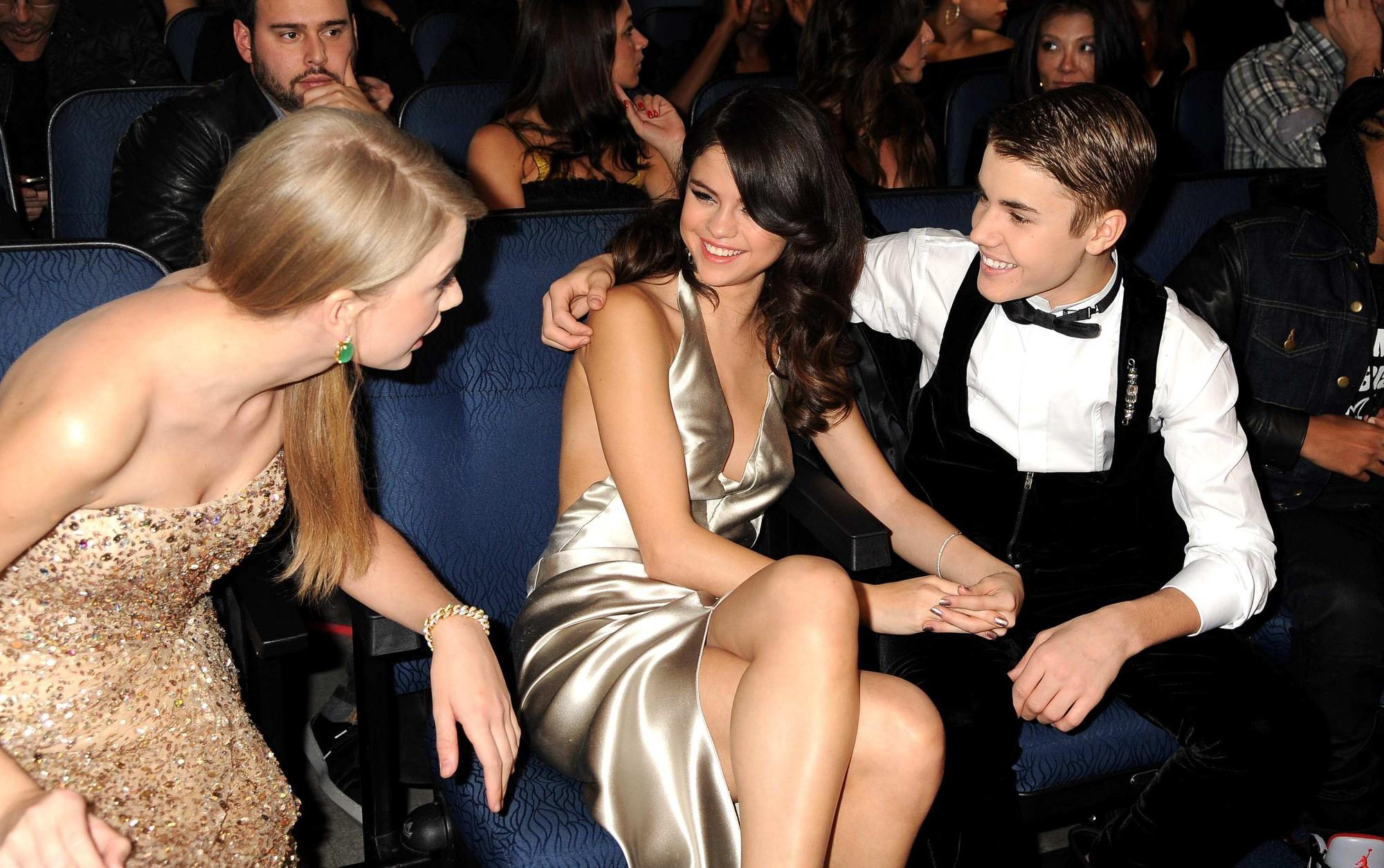 Tình cũ và bạn thân cũ đại chiến, Selena Gomez xuất hiện với thái độ chú ý: Thoải mái để mặt mộc, cười phớ lớ - Ảnh 8.