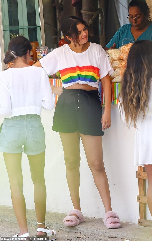 Tình cũ và bạn thân cũ đại chiến, Selena Gomez xuất hiện với thái độ chú ý: Thoải mái để mặt mộc, cười phớ lớ - Ảnh 5.
