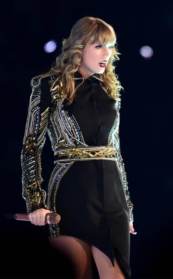 Sau tất cả, Ed Sheeran và Selena Gomez đã 'ra mặt' trong drama mới của Taylor Swift 1