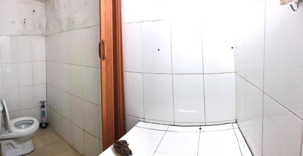 Nhà vệ sinh lát gạch trắng đã ố xỉn, đen kịt