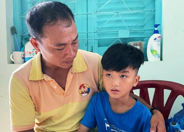 Người cha ở Sài Gòn ôm con khóc trong hạnh phúc sau hơn 4 tháng tìm kiếm mỏi mòn
