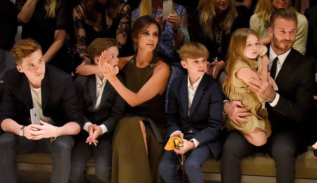 Cả gia đình chúc mừng kỷ niệm 20 năm ngày cưới Beckham - Victoria, Brooklyn gây chú ý nhưng không bằng Harper - Ảnh 7.