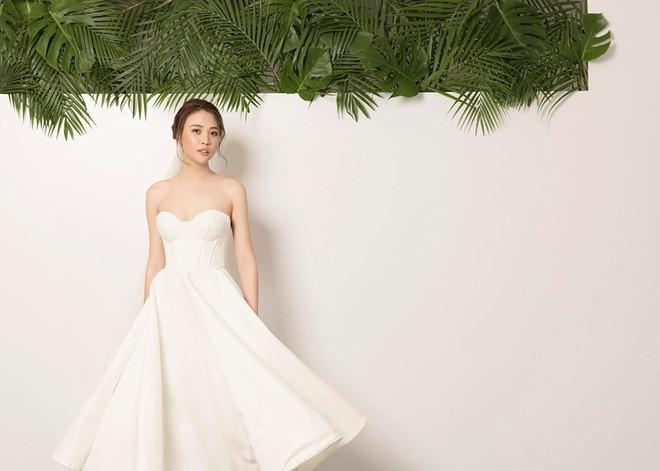 Clip: Đàm Thu Trang bật khóc khi được Cường Đô La bất ngờ cầu hôn và tặng hoa trên biển - Ảnh 3.