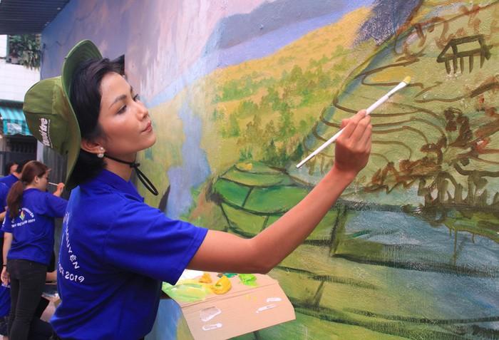 Ra quân Mùa hè xanh, Hoa hậu H'Hen Niê năng nổ đi vẽ tranh ở hẻm phố