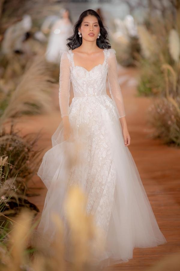 Hay những chiếc đầm đắp ren trên nền voan mỏng xuyên thấu nhã nhặn đều 'lọt vào mắt xanh' của các cô dâu trong mùa cưới 2019.