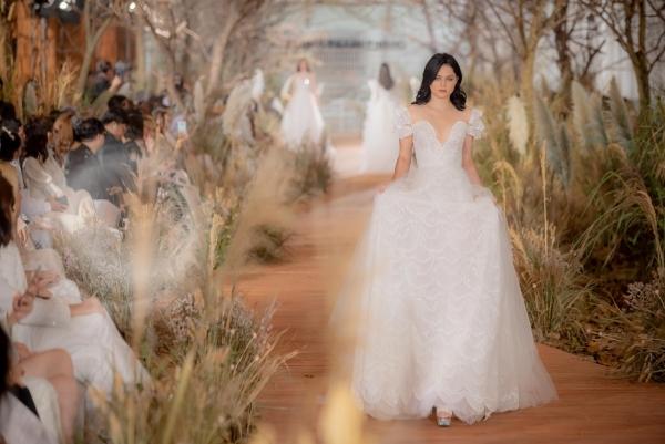 I am sunny gây ấn tượng qua 40 thiết kế váy cưới bồng bềnh với tông màu trắng, nude chủ đạo và được tạo nên từ những chất liệu mềm mại, bay bổng như voan, lưới, organza, khiến các cô dâu khi diện lên đều trông quyến rũ, sang trọng, cuốn hút ánh nhìn.