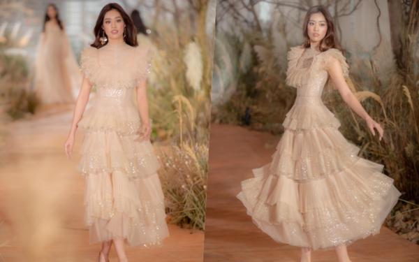 Các xu hướng thời trang cưới được Chung Thanh Phong đẩy mạnh trong BST váy cưới I am sunny gồm thiết kế tay phồng sang trọng, đầm cưới xẻ cổ chữ V hiện đại, kiểu dáng xẻ tà quyến rũ, những mẫu trang phục cưới trang trí hoa 3D…