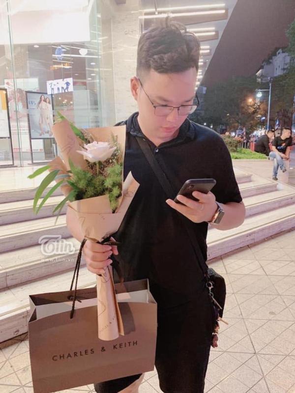 Sơn thường mua quà tặng bạn gái