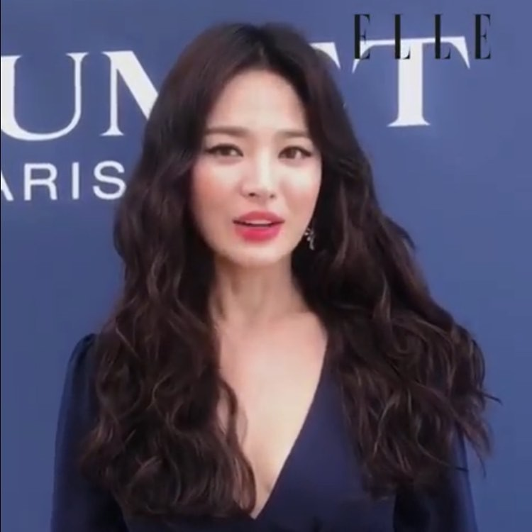 Ôi trời, Song Hye Kyo lột xác táo bạo hậu ly dị: Đã đẹp lại còn diện váy xẻ ngực sâu, khoe đôi gò bồng đảo sexy - Ảnh 3.