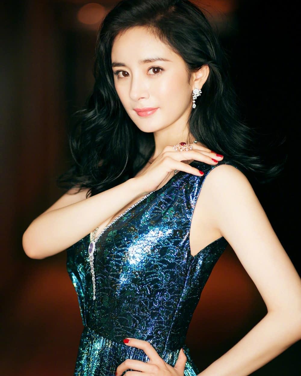 Dương Mịch mặc váy xanh lấp lánh