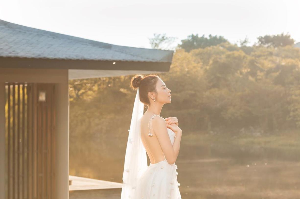 Đàm Thu Trang tung thêm ảnh cưới, khoe trọn lưng trần gợi cảm trước ngày trọng đại - Ảnh 1.