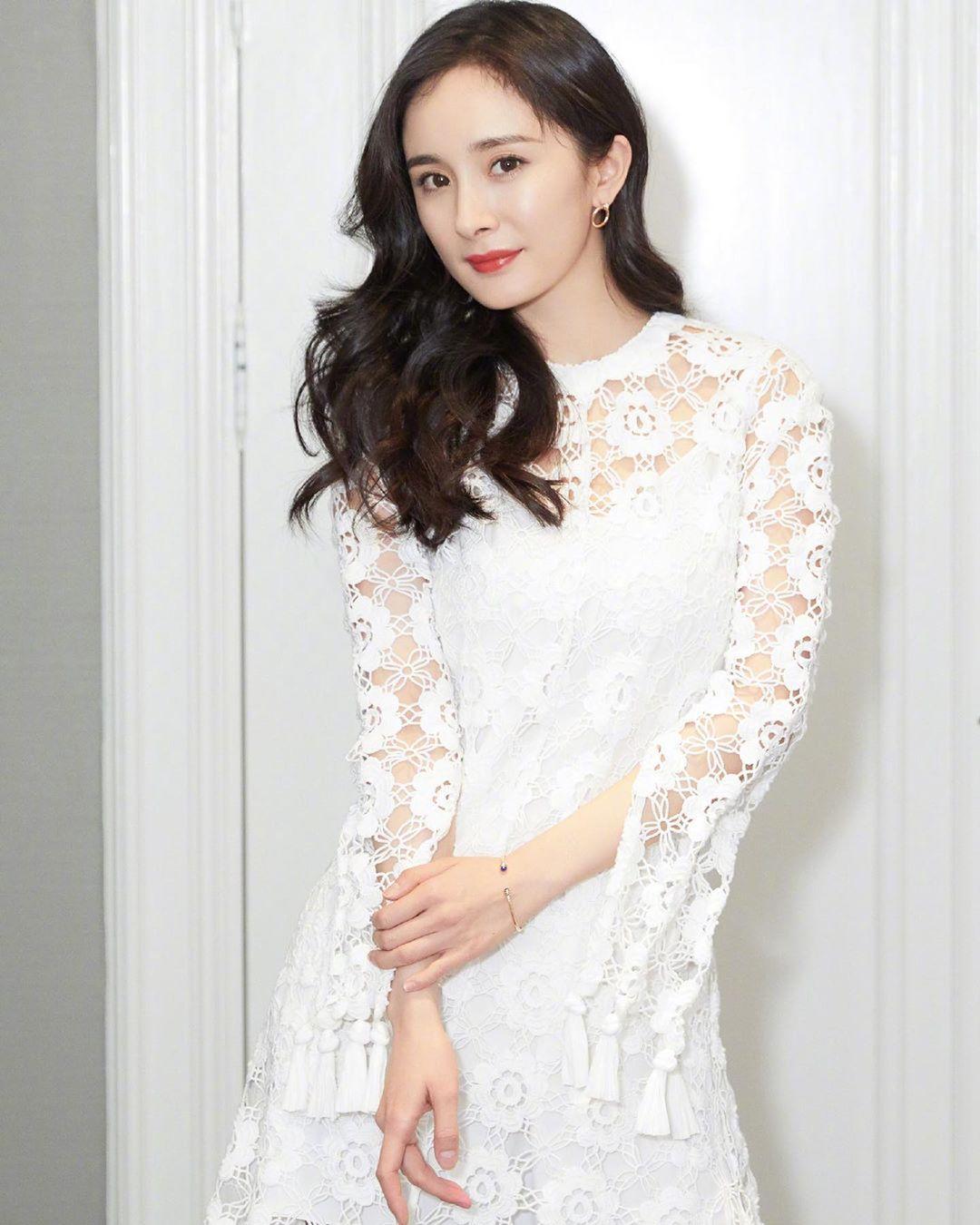 Dương Mịch mặc váy trắng ren