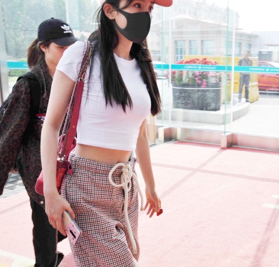 So sánh body bỏng mắt của Dương Mịch và Jennie khi diện croptop: Nữ thần Cbiz thua mỹ nhân BLACKPINK ở 2 bức ảnh để đời - Ảnh 6.