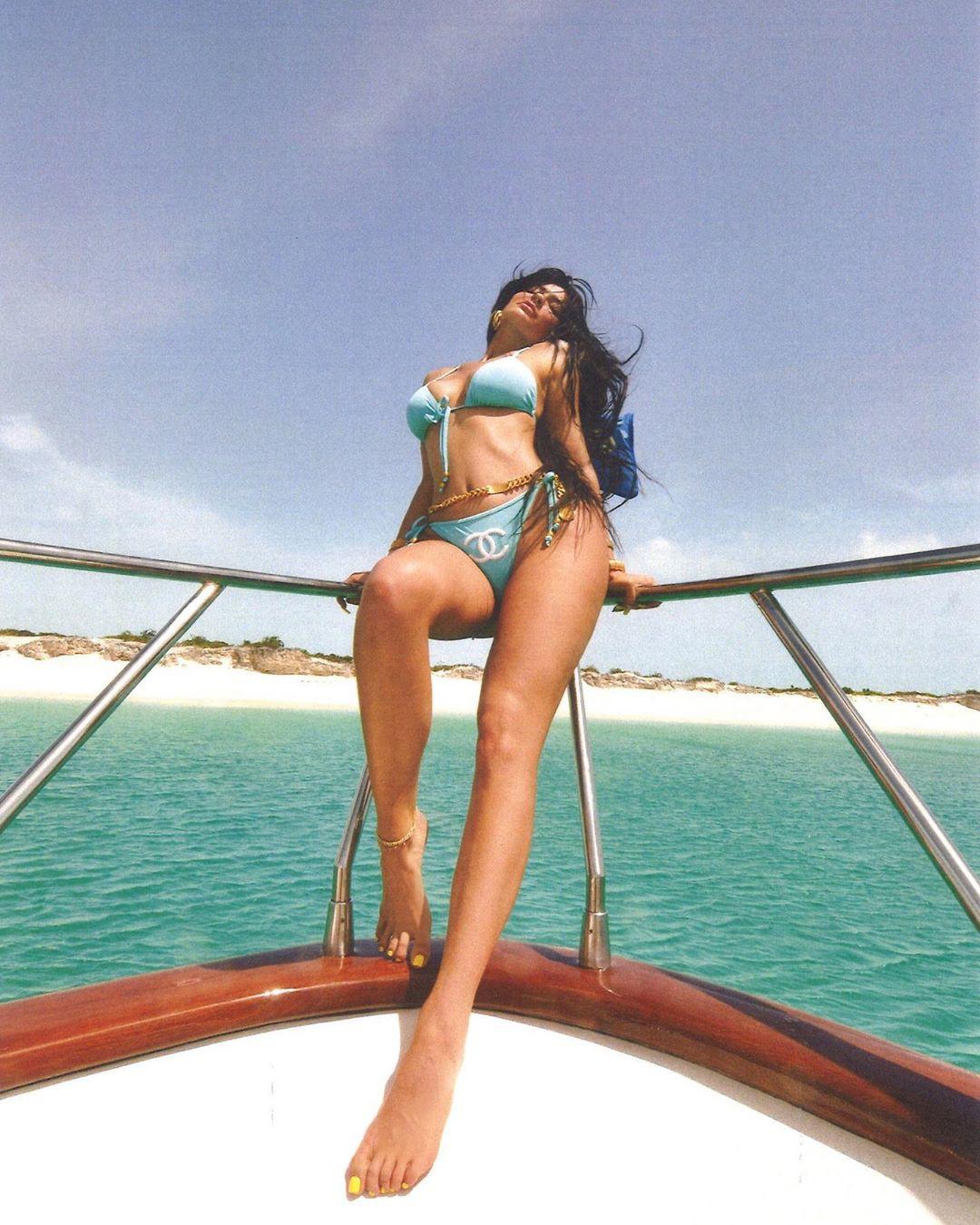 Khoe hết cỡ body gái một con trông mòn con mắt, sắc vóc và thần thái của Kylie Jenner đã đạt đến ngưỡng đỉnh cao - Ảnh 4.