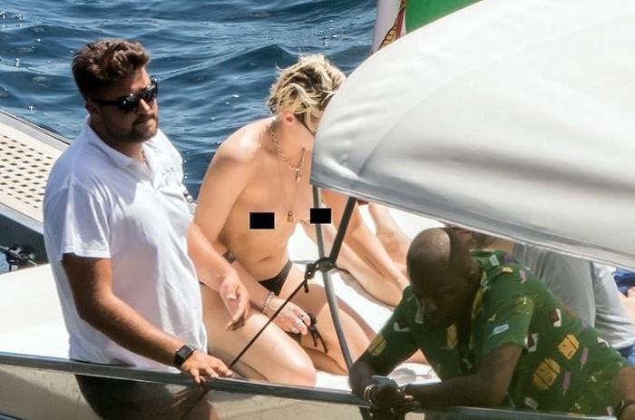 Kristen Stewart để ngực trần khi tắm nắng cùng bạn gái trên du thuyền