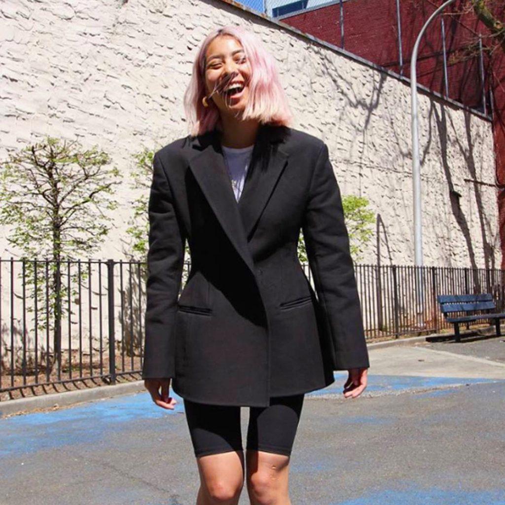 Diện quần shorts cùng áo blazer theo phong cách monochrome